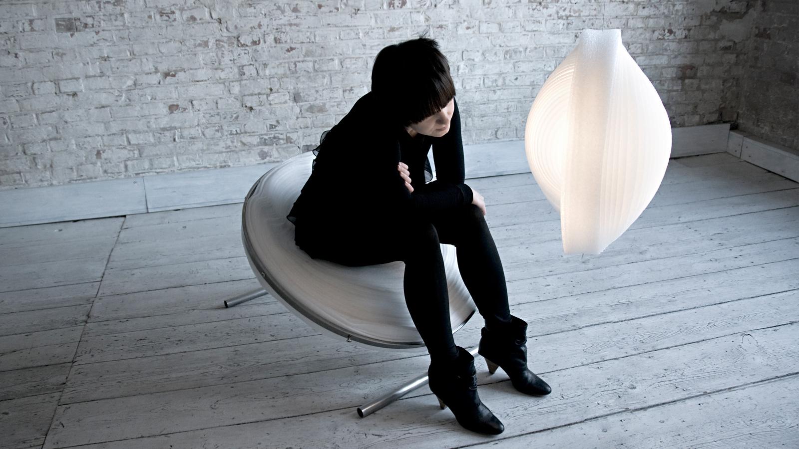 Lampa CEBULA, dyplomowy fotel pod taką samą nazwą i ich projektantka.